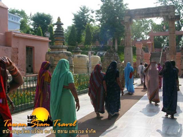 สถานที่รอบต้นพระศรีมหาโพธิ์ มีทั้งชาวพุทธ และชาวฮินดู