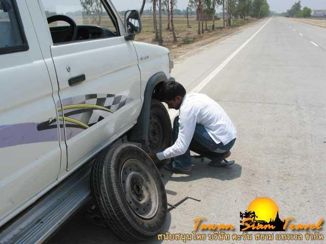 สารถีต้องมีทักษะหลายอย่างนอกจากขับรถเป็นต้องเปลี่ยนยางได้ด้วย