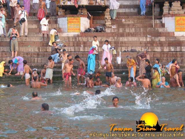 ทุกท่าน้ำจะมีชาวฮินดูอาบน้ำเต็มไปหมด