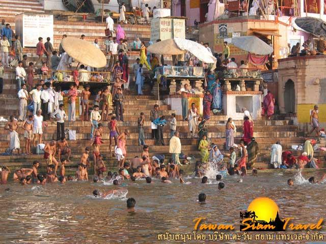 ชาวฮินดูอาบน้ำล้างบาปที่แม่น้ำคงคา