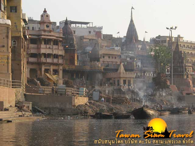 พิธีเผาศพของชาวฮินดูริมแม่น้ำคงคา มีความเชื่อว่าผู้ตายจะได้ไปสวรรค์