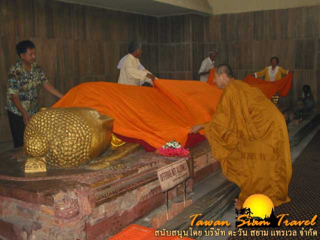 ช่วยกันห่มผ้าถวายพระพุทธไสยาสน์ปางปรินิพพาน