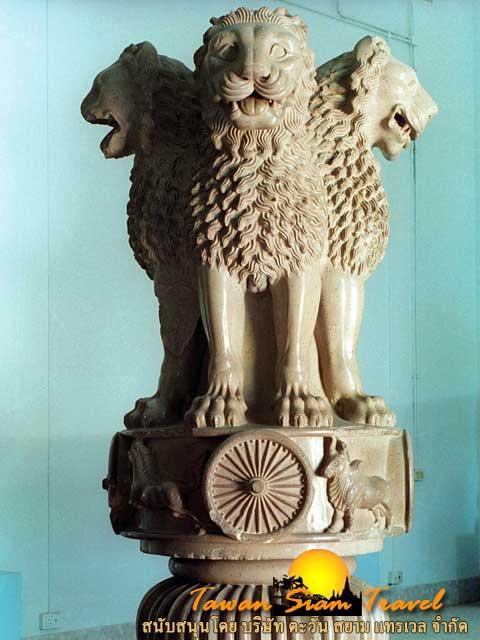 สิงห์ 4 หัวบนยอดเสาพระเจ้าอโศกมหาราช ภายในพิพิธภัณฑ์เมืองสารนาถ  สัญลักษณ์ของประเทศอินเดีย